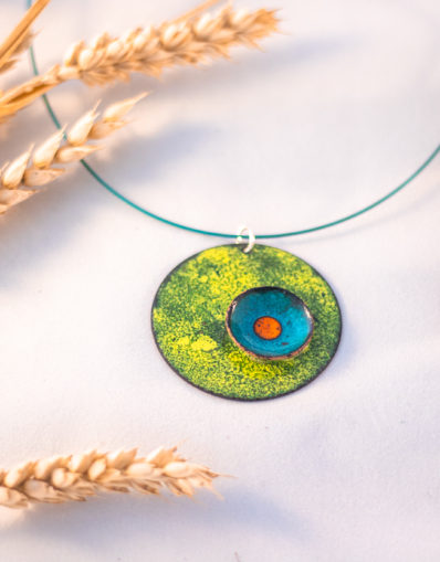 Collier orange, bleu et vert en relief